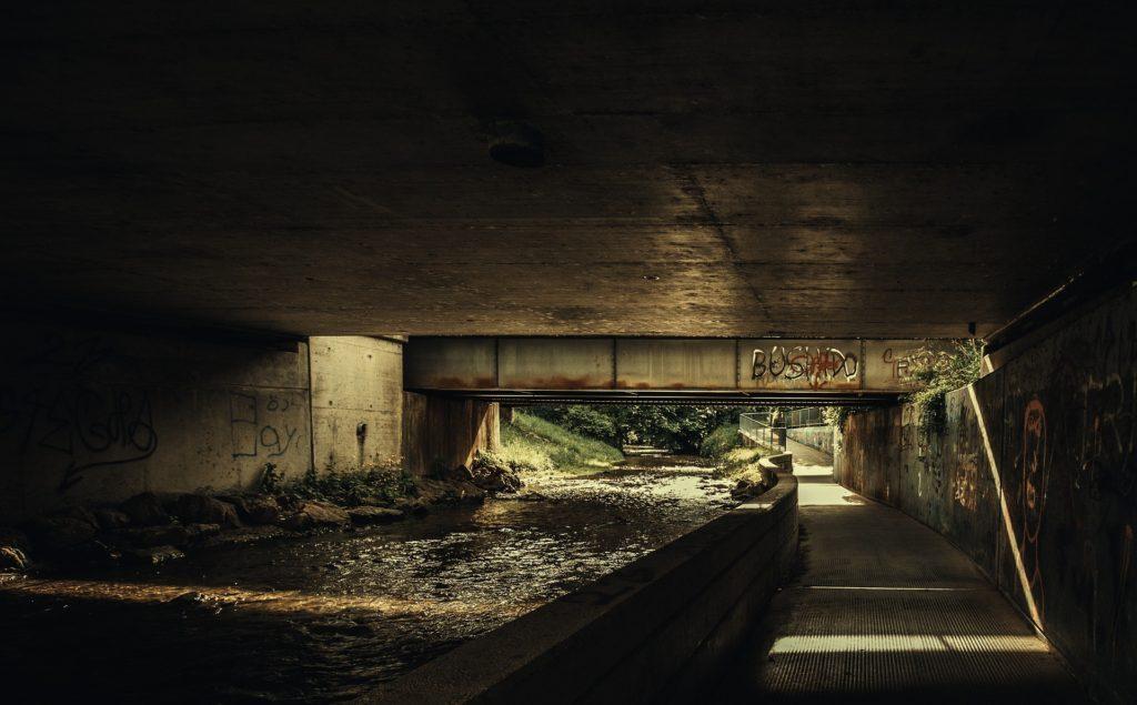 Unter Brücke Schlafplatz finden, Unruhen und Plünderungen,City Survival, Urban Survival,EDC Ausrüstung
